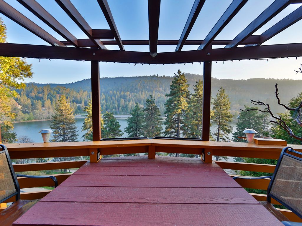 Rustic lakefront cabin in crestline lake gregeory for Cabins in lake arrowhead ca