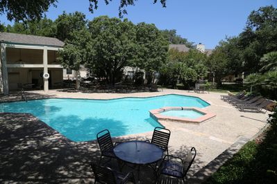 The pool and picnic area is perfect for active guests on vacation!