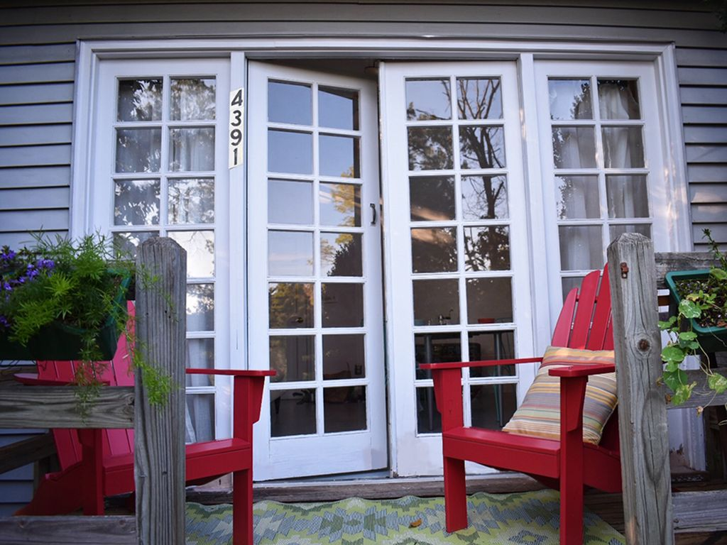 Mechums cottage crozet charming cozy ge homeaway for Charlottesville cabin rentals hot tub
