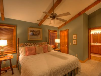 2BR/2BA Cottage, Creek, King Suite w/ Jetted Tub, Club Privileges, Near Downtown & Skiing