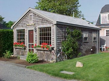 Romantic 'Sconset Center Cottage for 2 with AIR-CONDITIONING!