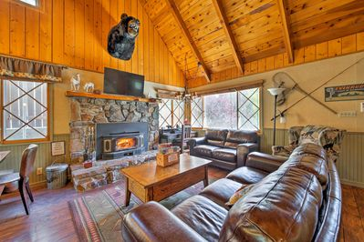Great Room 2 w/faux Big Bear Head over fireplace