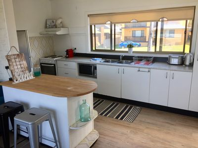 Kitchen with breakfast bar an stools