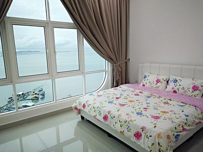 master bedroom with King size bed and sea view !