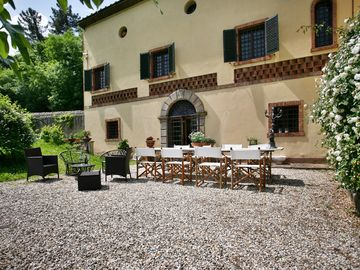 Charming villa with breathtaking view and private garden only 5km from Lucca