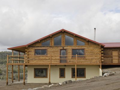 Eagle Nest - Modern log home with a panoramic view over mountains and river.