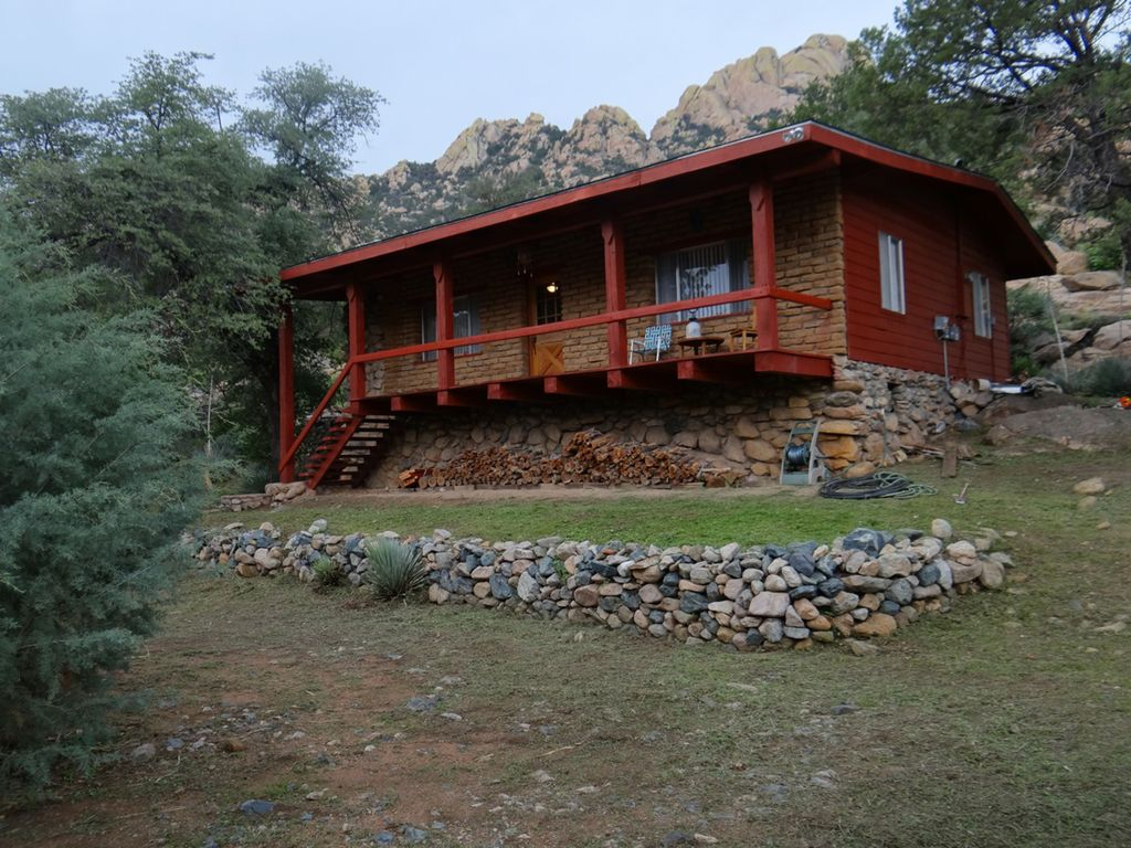 Secluded adobe and wood cabin in the dragoo homeaway for Az cabin rentals with hot tub