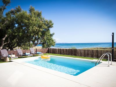 Photo for Exclusive apartment with pool in front of the sea
