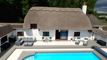 Luxury villa for 22 people with pool, jacuzzi, large garden and private pub!