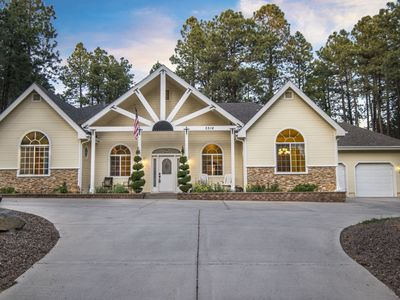 Picture-Perfect, Family-Friendly, Ideal Location, Spacious, 4 BR + Den Home -  Sleeps 12!