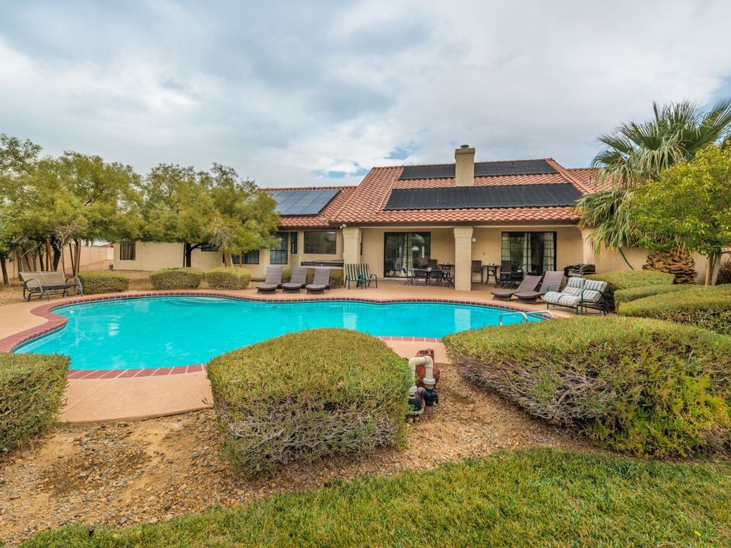 777RENTALS - Spanish Mansion - Private Golf, 2.5 Acre Lot, Near Town Square, Pool, Spa, Free Wifi