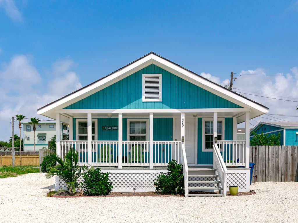 Charming 2br coastal port aransas home min vrbo - Coastal home exterior color schemes ...