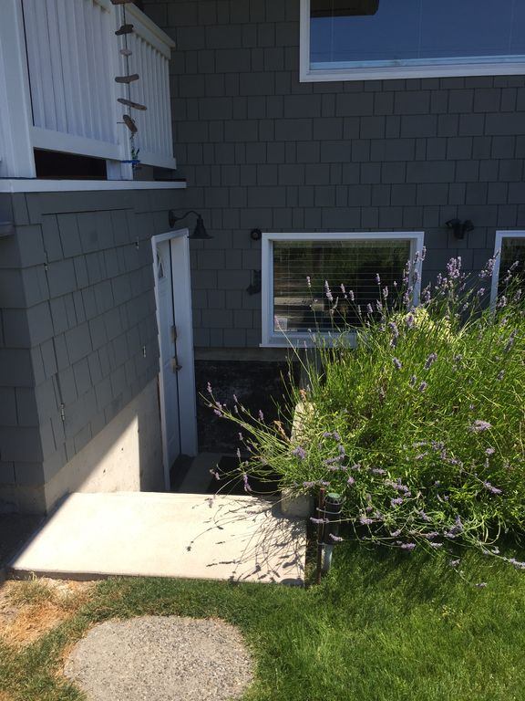2 Bedroom1 Bath Private Entrance Basement Apartment 800Sq Ft