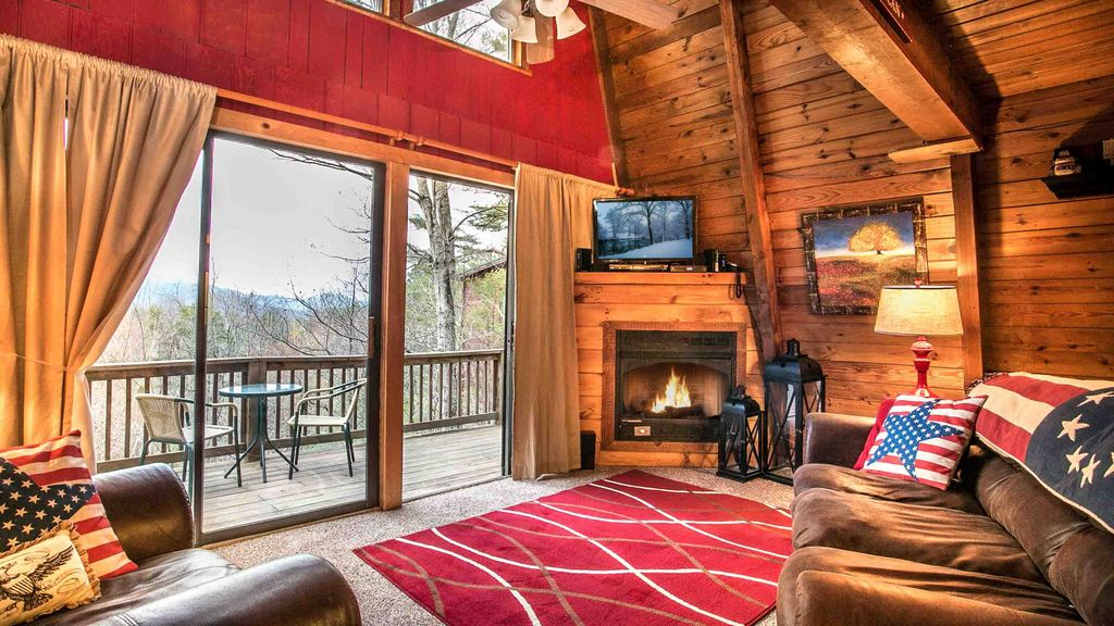 Perfect location beautiful cabin minutes from downtown for Cabins near downtown gatlinburg