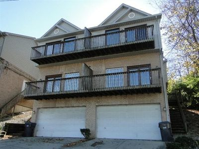 Comfortable, Large Townhouse Only 3 miles from Downtown Cincinnati! 3 BR 2.5BA!!