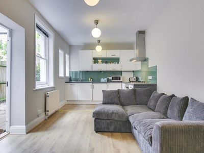 Photo for Modern 2 bed apt with Patio 10 mins to Stockwell
