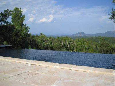 The infinity pool and the view on the mountain.