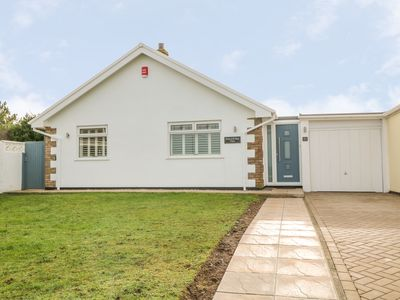 Photo for HOLYWELL BAY VIEW, pet friendly in Holywell Bay, Ref 984019