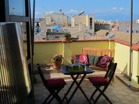 Great apartment close to shops, resturants,  beach
