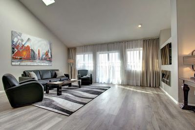 Spacious Living Room with smart TV, Fireplace and Mountain views!