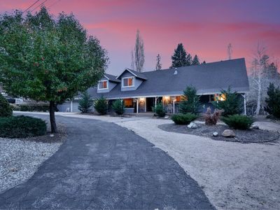 Dreamwood Lodge: Close to Bear Mountain! Billiards! 5 On-suites and 6.5 bathrooms!