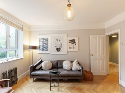 Photo for Contemporary 2Bed Apt, 7 mins walk to Overground