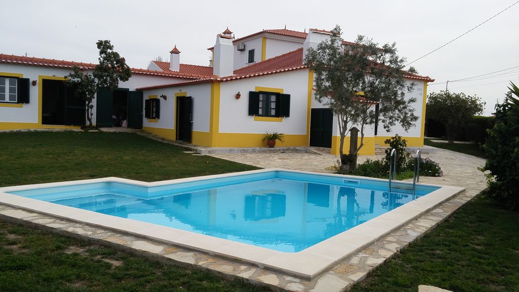 Holiday house w/ garden and small swimming pool 4 km to beach of Ribeira de  Ilhas. - Mafra