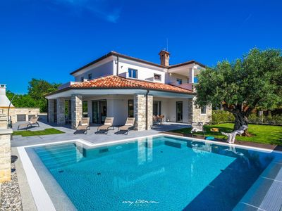 Photo for Elegant modern villa with pool 150m from the sea