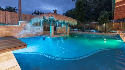 Cairns holiday house at Clifton Beach 6 bedrooms, swimming pool and swim up bar