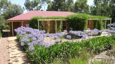 Photo for Bendigo Short Term Accommodation - WiFi, sleeps 8, free breakie