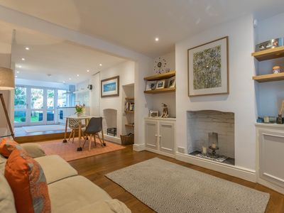 Photo for Charming two-bed cottage in central Cambridge with garden
