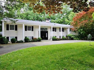 Luxurious 5 Bedroom House, Close to buses, trains & beautiful downtown Stamford!