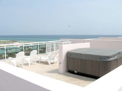 The private 4 person hot tub right on your very own ROOF TOP PATIO! Great 4 sun!