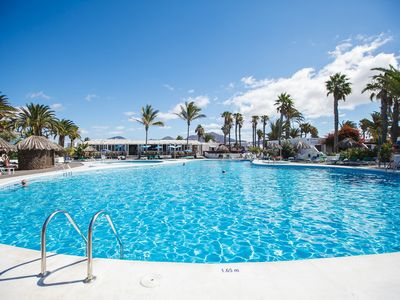 Photo for Lovely villa in the heart of Playa Blanca with heated pool, aircon &tennis court