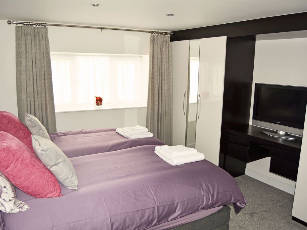From £11 pppn. A light, bright contemporary home from home within easy reach of Bath & Bristol