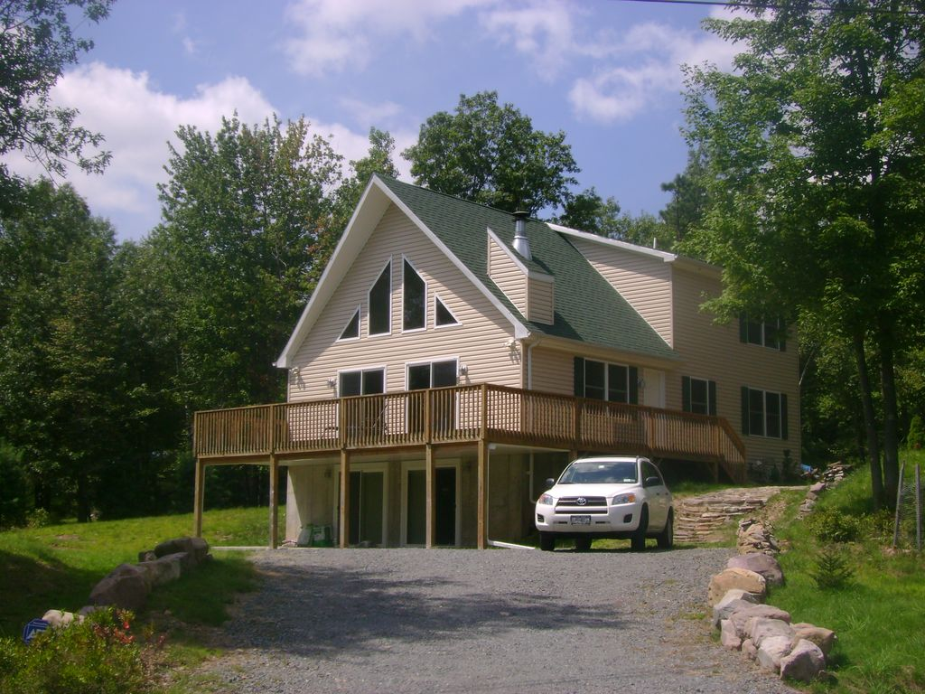 Beautiful new chalet walk to lake minutes homeaway for Long pond pa cabin rentals