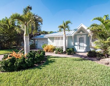Island Cottage with open living area, pool, ground floor very close to beach located in Holmes Beach