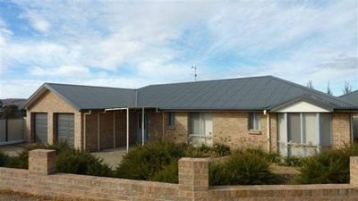 Photo for 3a Kunama Close - Sleeps 10, New 4 Bed, 3 bath