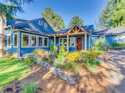 Inviting home w/ modern amenities & within walking distance to wineries!