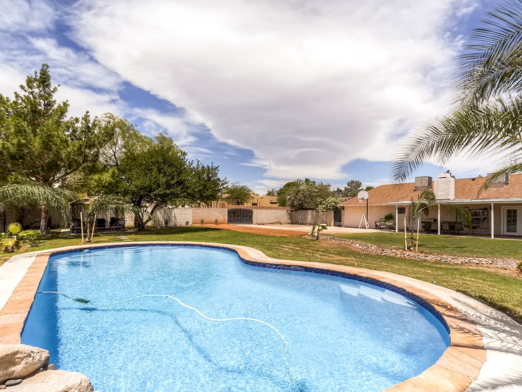 Impressive four bedroom home w pool and spa las vegas for Houses with 4 bedrooms and a pool