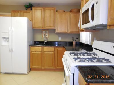 NEW Eat-in Kitchen, Custom Cabinets, Granite Counter & Tile Floor! Lower Unit