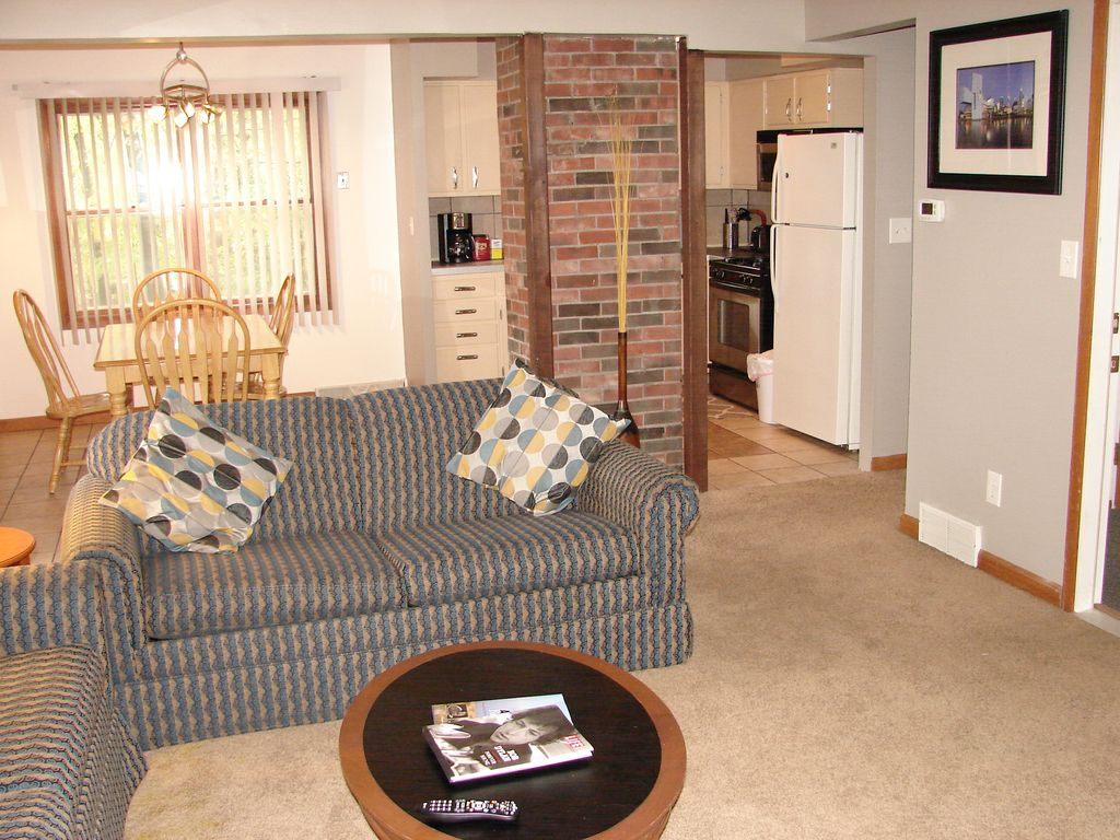Pleasant Parma (Upper) Close to all major highways and 15 minutes to downtown
