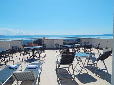 Photo for Deluxe Apartment with wifi, satv, private parking, near the beach
