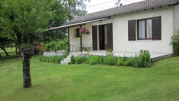 Detached house with lawn and quiet undergrowth 5800 m2 not overlooked