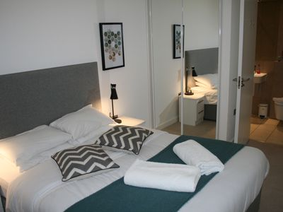 Photo for BEAUTIFUL 2 bedroom apartment with excellent transport links. Kids welcome