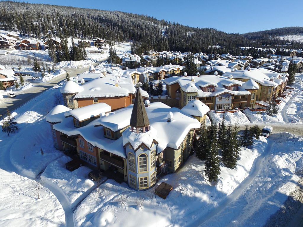 Upper floor 1 bedroom condo with easy access to ski-out trail