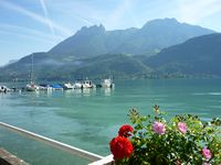 Excellent location with stunning views across Lake Annecy.