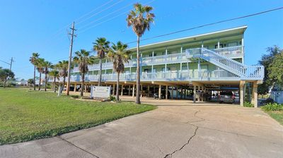 COZY, CONVENIENT LOCATION, PEEK-A-BOO GULF VIEWS, ALL THE COMFORTS OF HOME