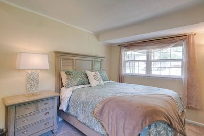 2 large bedrooms with comfortable queen-size beds (bedroom 2)