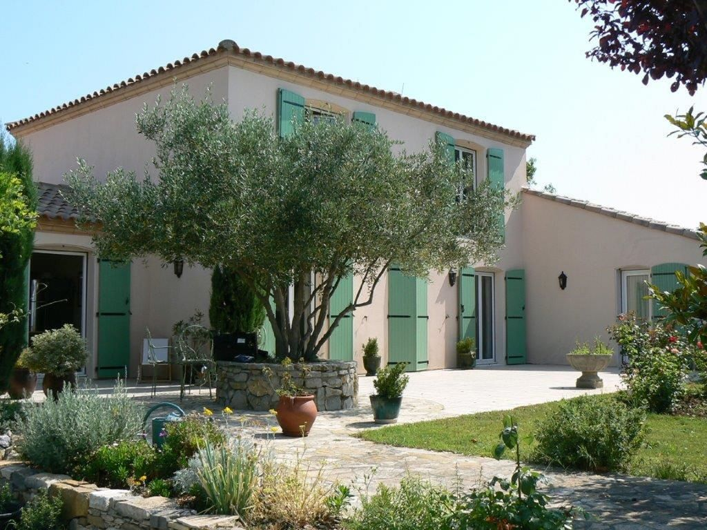 Fully equipped 5 bedroom modern family villa with pool sleeps 10